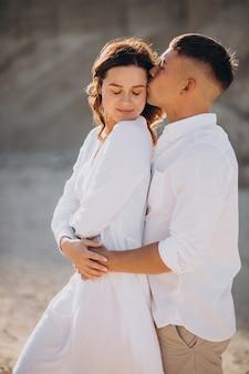 砂浜の採石場で一緒に若いカップル