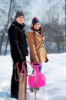 Giovani coppie insieme nella neve