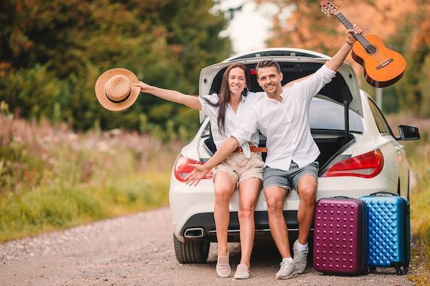 Молодая пара турист, наслаждаясь летними каникулами