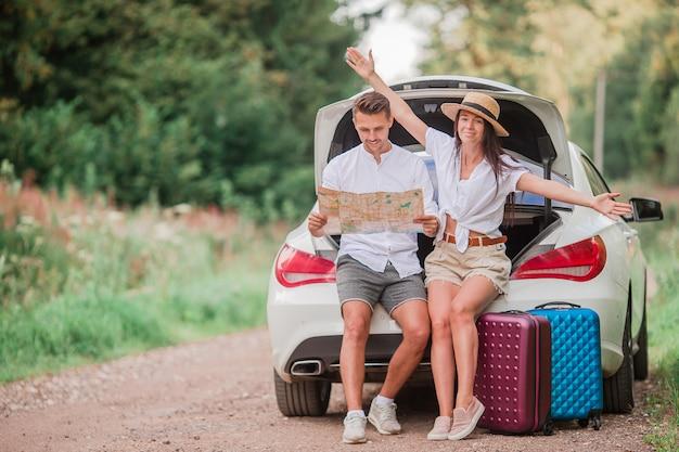 夏休みを楽しんでいる若いカップルの観光客
