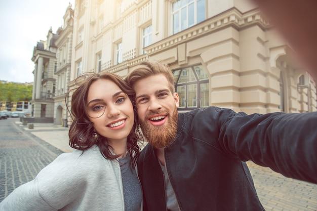 若いカップルの観光客の街は一緒に休暇を歩きます