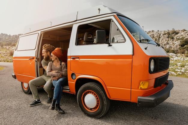車で旅行する若いカップル