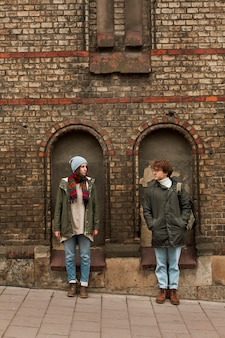 一緒に旅行する若いカップル
