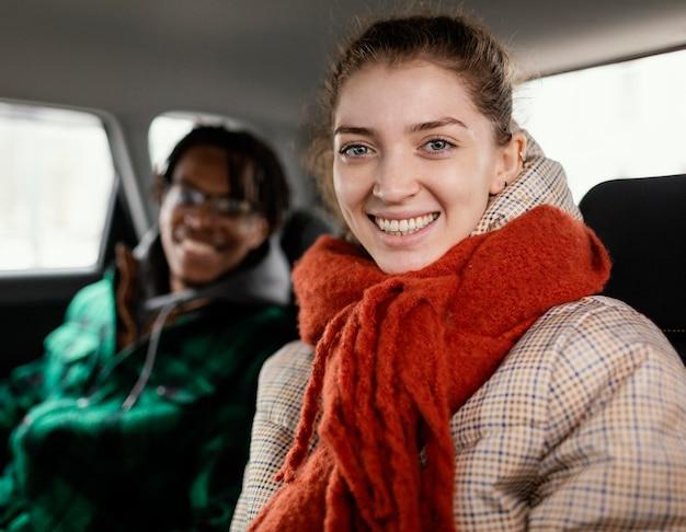 Giovani coppie che viaggiano con l'auto