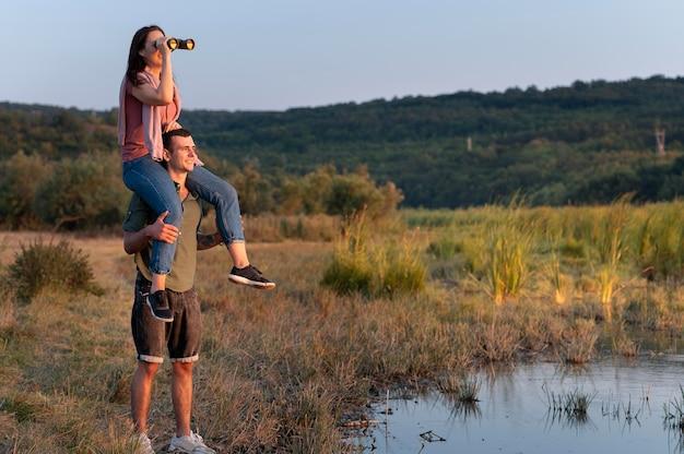 Молодая пара, путешествующая вместе