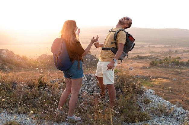 Giovane coppia che viaggia insieme