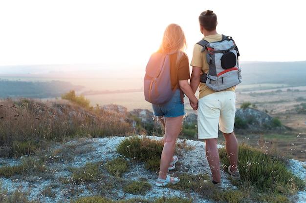 함께 여행하는 젊은 부부