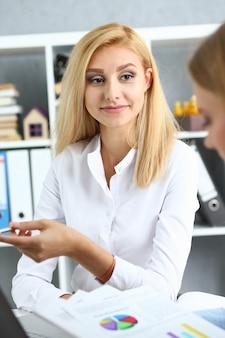 은행원 컨설턴트에게 대출을 받으려는 젊은 부부