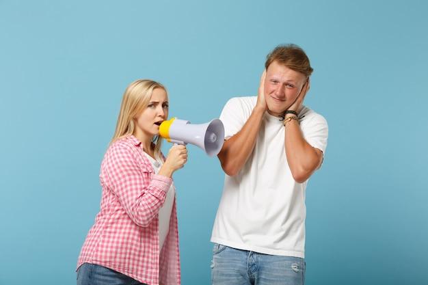白ピンクの空のtシャツのポーズで若いカップル2人の友人の男と女