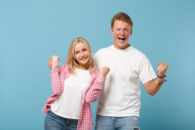 Молодая пара, двое друзей, парень, девушка в белых розовых пустых пустых дизайнерских футболках, позируют