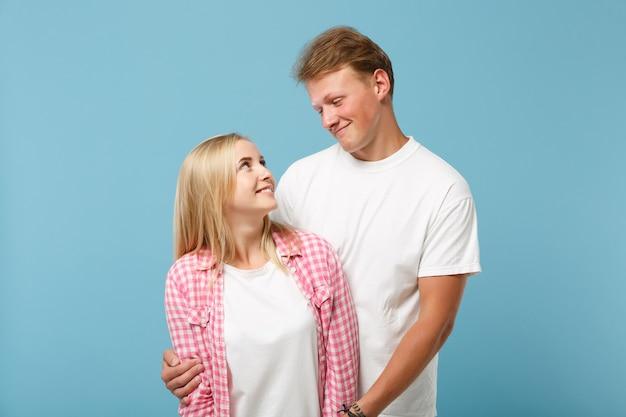 Giovane coppia due amici ragazzo ragazza in bianco rosa vuoto design t-shirt in bianco in posa