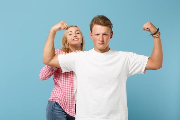 白いピンクの空の空白のtシャツのポーズで若いカップル2人の友人の男性と女性