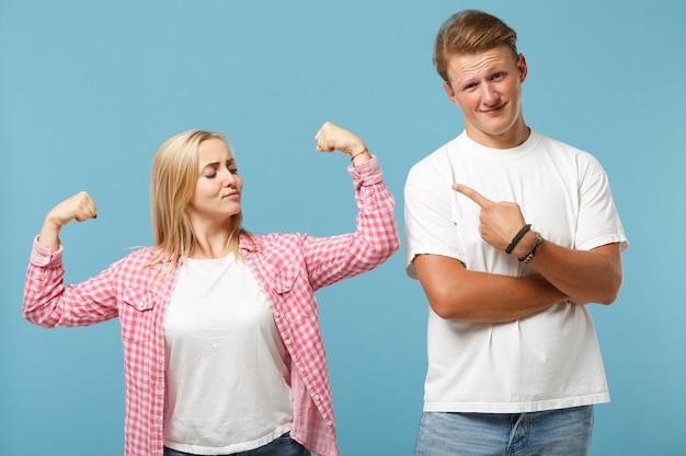 Молодая пара, двое друзей, мужчина и женщина в белых розовых футболках, позируют