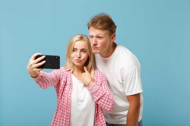 젊은 커플 두 친구 남자와 여자 흰색 분홍색 티셔츠 포즈