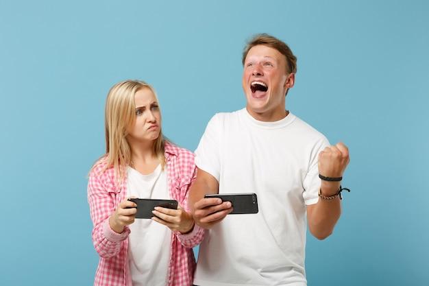 Giovane coppia due amici uomo e donna in posa di magliette vuote vuote rosa bianche