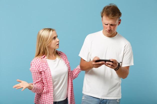 Giovane coppia due amici uomo e donna in posa di magliette vuote rosa bianche