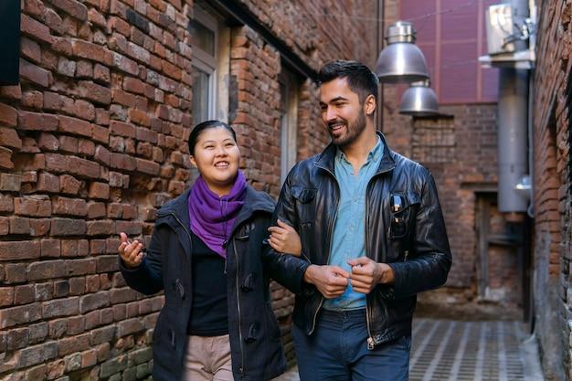 오래 된 골목을 따라 걷고 얘기 하는 젊은 부부
