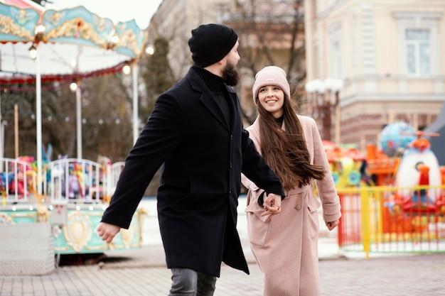 歩いて手をつないで若いカップル