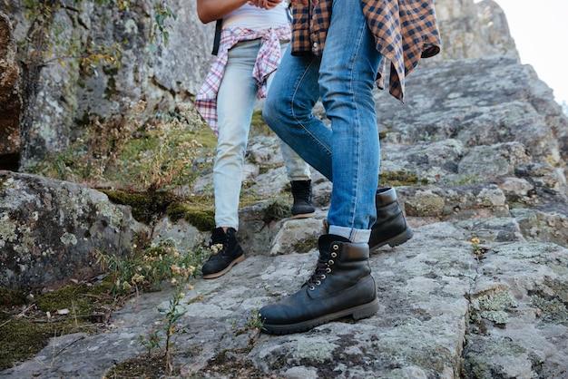바위에 걷는 젊은 부부. 잘린 이미지