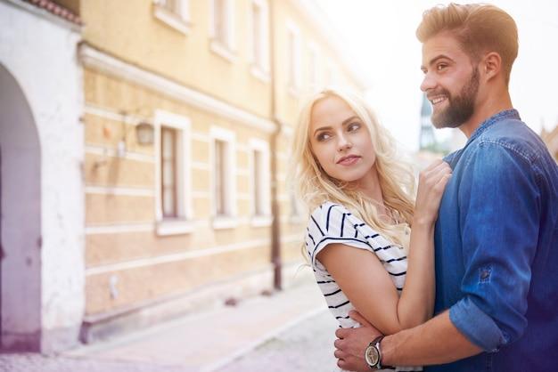 街の通りを歩く若いカップル