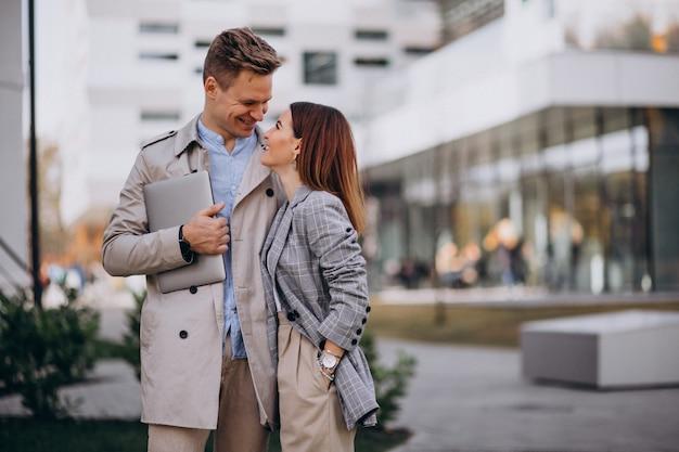 若いカップルが町で一緒に歩く