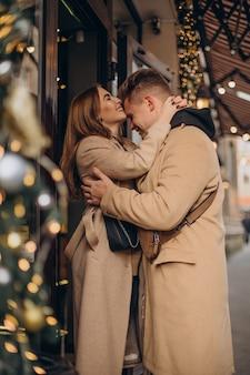 クリスマスに一緒に歩く若いカップル