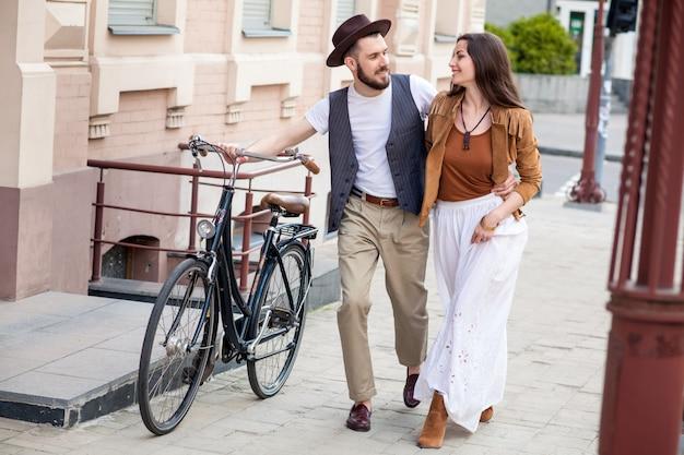 젊은 커플 자전거와 함께 산책과 포옹