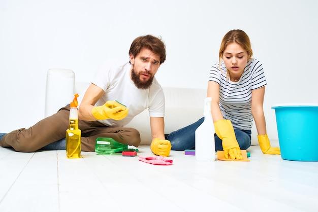 Молодая пара вместе мыть полы
