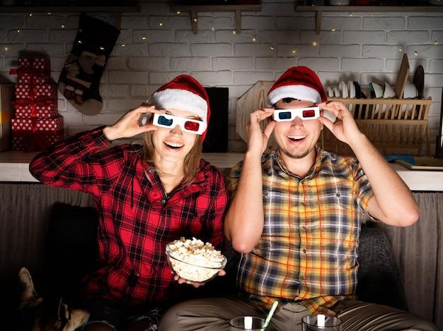 Молодая пара смотрит фильмы дома