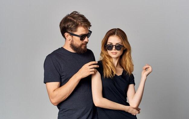 검은 안경 검은 티셔츠 캐주얼 옷 스튜디오 라이프 스타일을 입고 젊은 부부.
