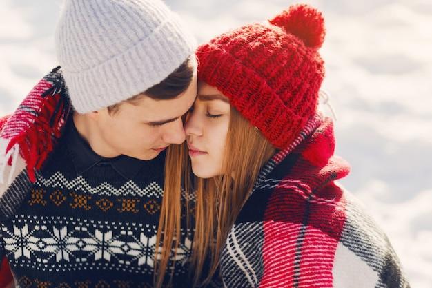 Coperta d'uso delle giovani coppie su un campo nevoso