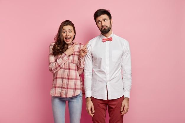 Молодая пара в красочной одежде