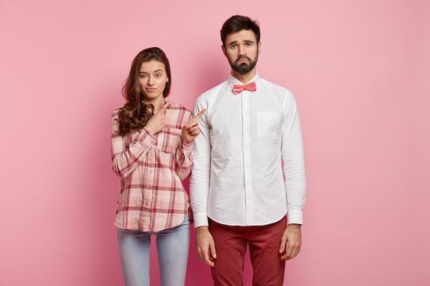 カラフルな服を着ている若いカップル