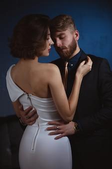 エレガントな服を着ている若いカップル