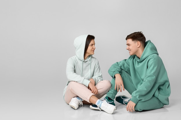 ミントグリーンのカジュアルなパーカーを着ている若いカップル