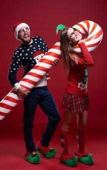 Giovani coppie in strani vestiti di natale
