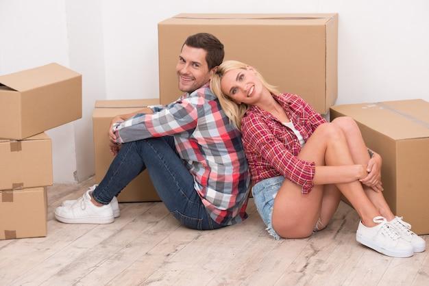 新しいアパートに移動中の若いカップル