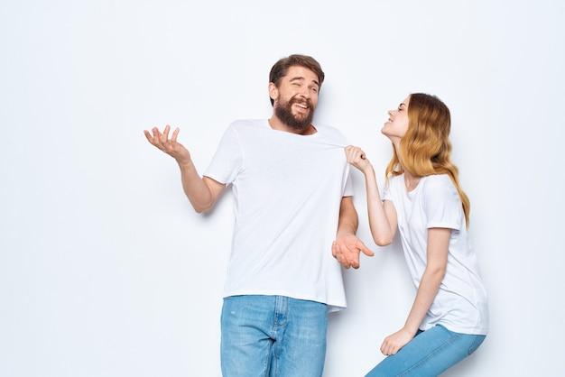 若いカップルの白いtシャツ楽しいライフスタイルポーズコミュニケーション
