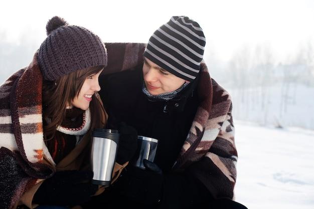 Giovane coppia in inverno