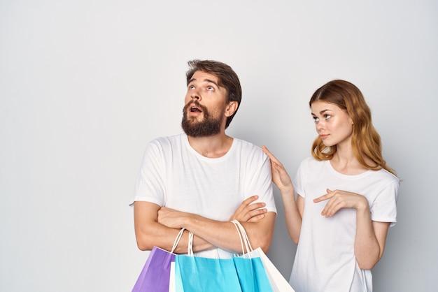 Молодая пара с сумками в руке, распродажа покупок