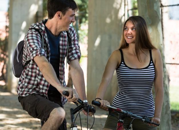 Giovane coppia con le biciclette