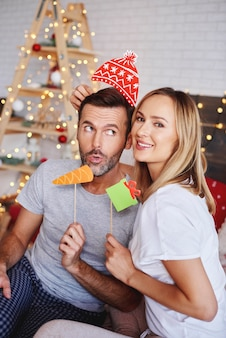 クリスマスマスクと若いカップル