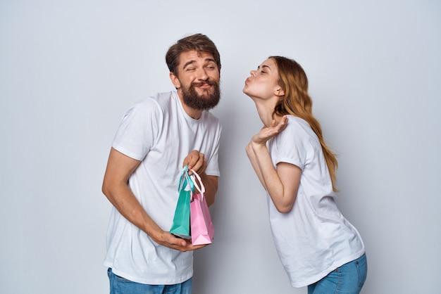 Молодая пара с красочными сумками, праздничные подарки, дружба