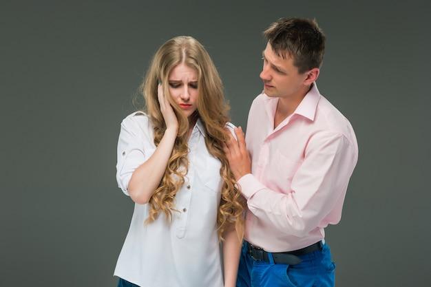 La giovane coppia con diverse emozioni durante il conflitto