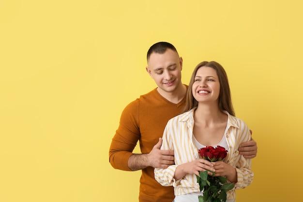 黄色の花と若いカップル。バレンタインデーのお祝い