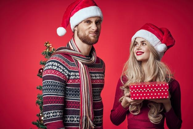 贈り物の装飾の休日のロマンス家族と若いカップル