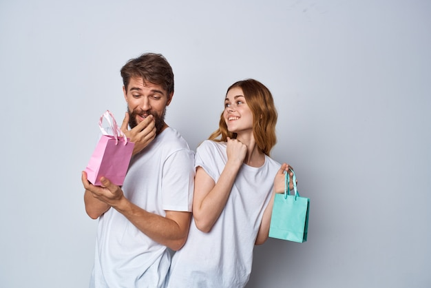 Молодая пара с подарками, покупками, веселым образом жизни