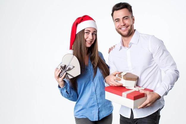 贈り物と若いカップル