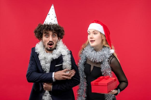 Giovani coppie con il nuovo anno presente festa di amore di natale