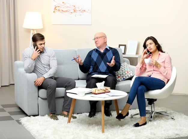 가족 심리학자를위한 수신에 문제가있는 젊은 부부